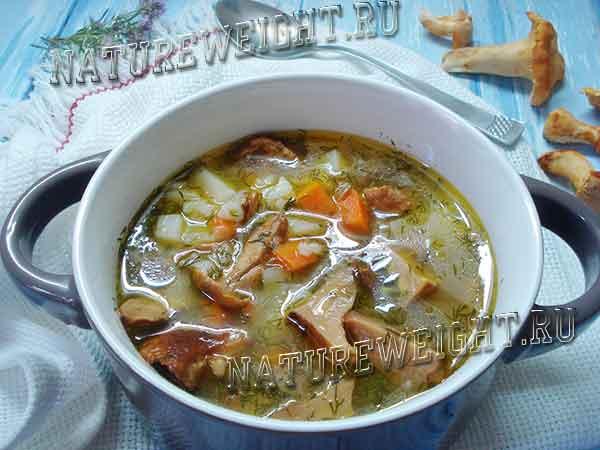 тарелка с супом из лисичек