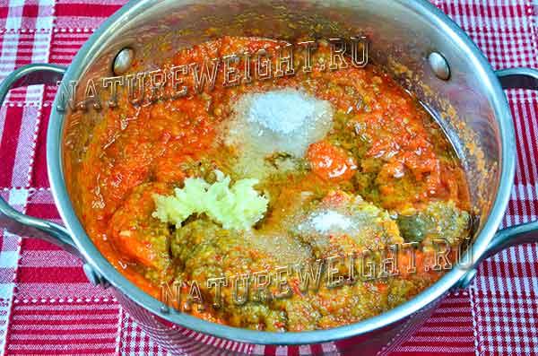 добавление соли в овощную смесь