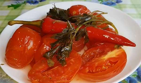 кислые помидоры на тарелке для подаче на стол