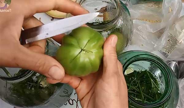 надрез на зеленом помидоре
