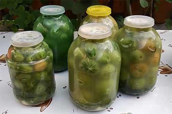 банки с квашеными зелеными томатами