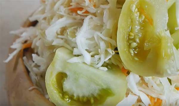 зеленые томаты и квашеная капуста