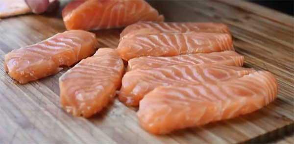 маленькие кусочки красной рыбы
