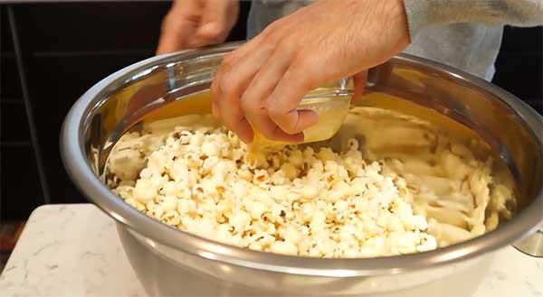 заправка попкорна маслом
