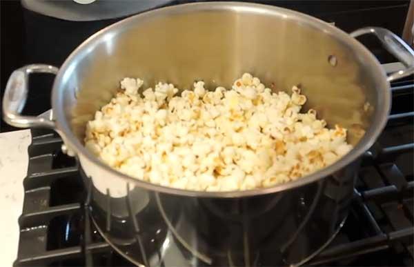 зерна кукурузы в кастрюле