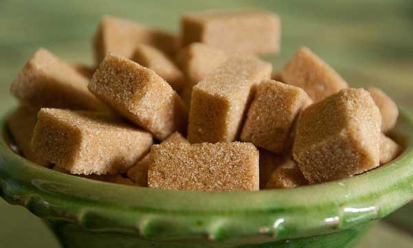 кубики темного сахара