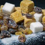 коричневый и белый кубики сахара