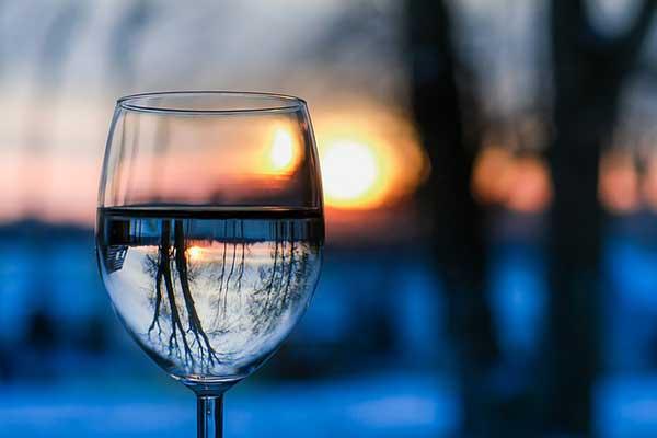 стакан воды на фоне заката