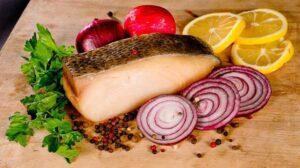 кусок рыбы и лук