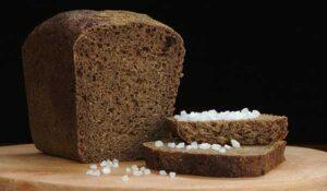 черный хлеб с солью