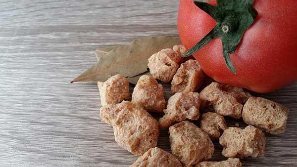 соевое мясо и помидор