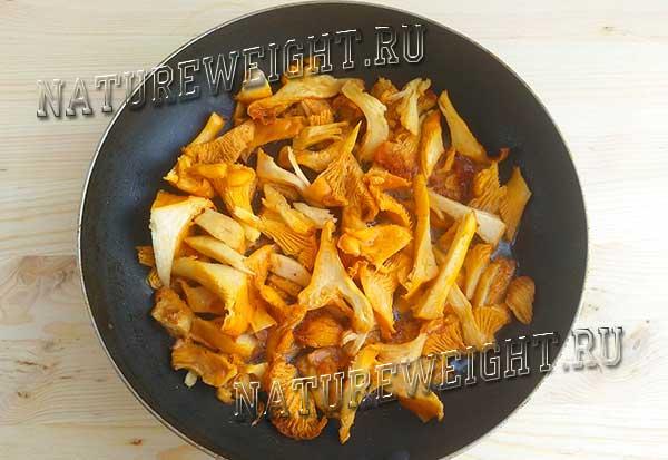 небольшое количество грибов на сковороде