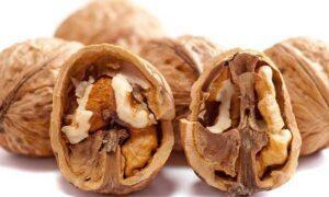 расколотые грецкие орехи