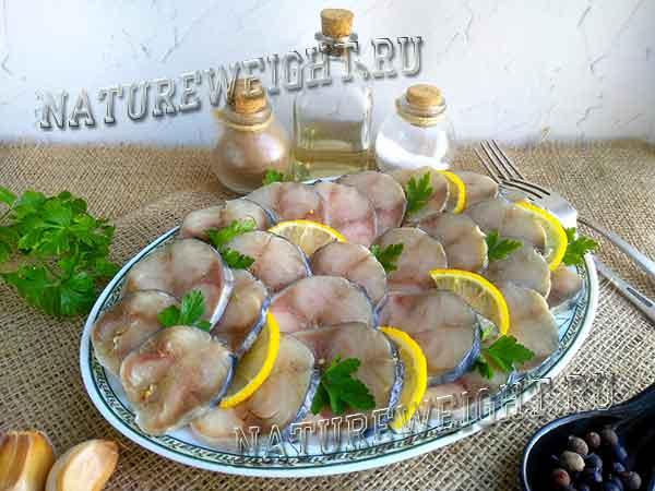 соленая рыба на тарелке