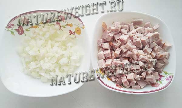 нарезка лука и свиной грудинки